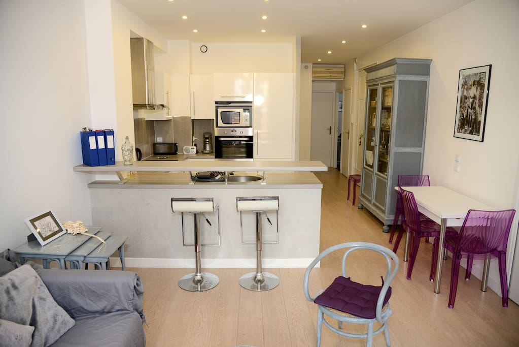 Open kitchen with bar and high chairs