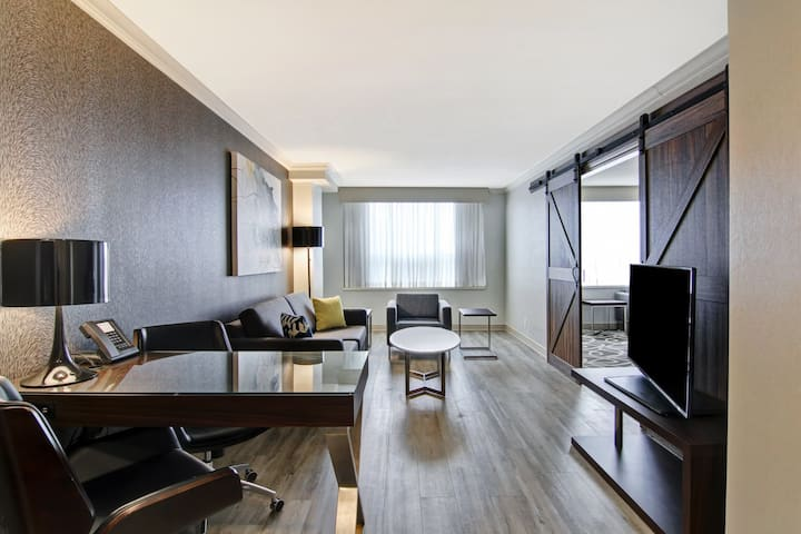 Modern 1 King bed Suite Heart of London Ontario