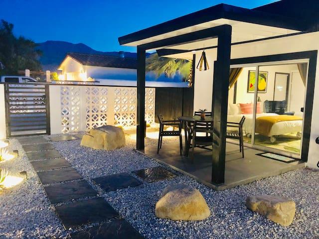 *MID CENTURY STUDIO w/ private yard - La Quinta