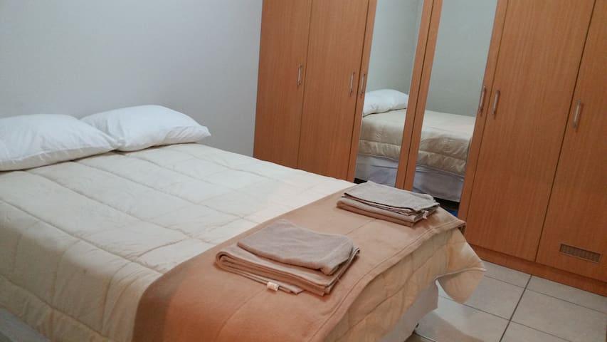 Dormitorio 1: Cama de 2 plazas.