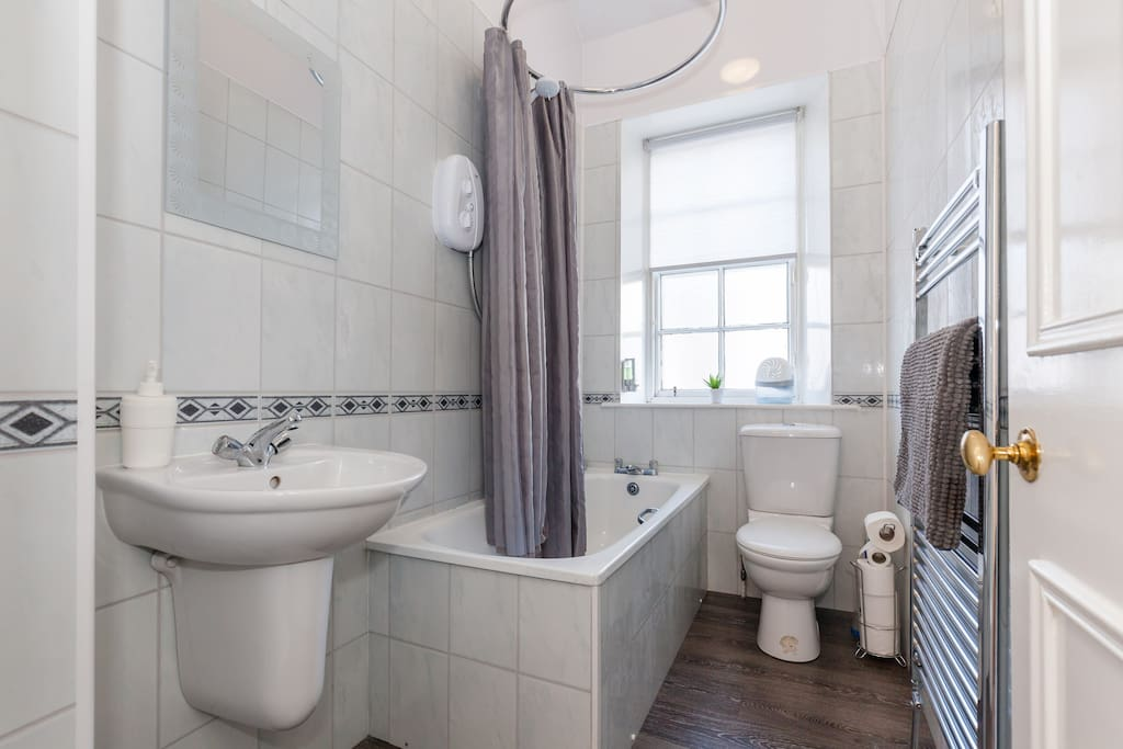 Bright, new bathroom with instant hot water and power shower...or take a relaxing hot bath after a day of walking around historic Edinburgh city. Shampoo/gel and towels provided.