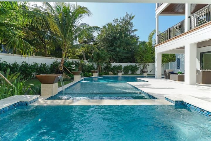 Seascape - Incredible 4 bedroom luxury home, private pool and spa, on the beach block!