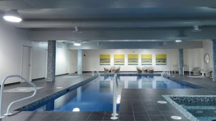 Cozy room in a cozy penthouse with swim pool, spa. - Montréal - Apartment