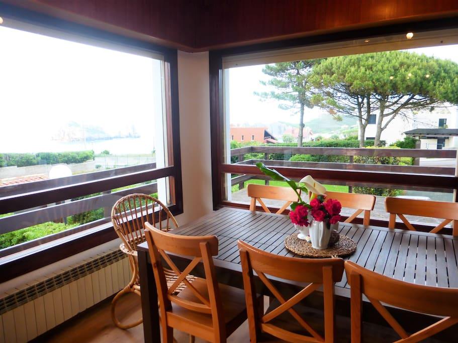 Salón comedor con impresionantes vistas al mar.