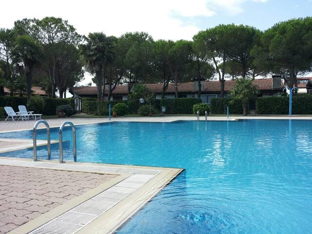 Villetta con piscina a 4km dal mare fila esterna - Bevazzana - Rekkehus