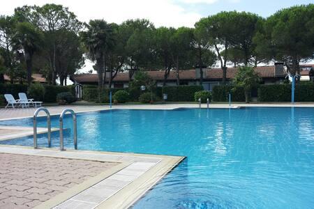 Villetta con piscina a 4km dal mare fila esterna - Bevazzana - Radhus