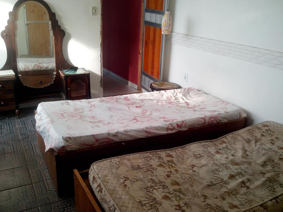 Quarto com banheiro e varanda Bedroom with bathroom and balcony Dormitorio con baño y balcón