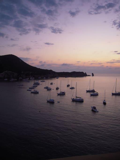 la baia al tramonto dalla terrazza solarium