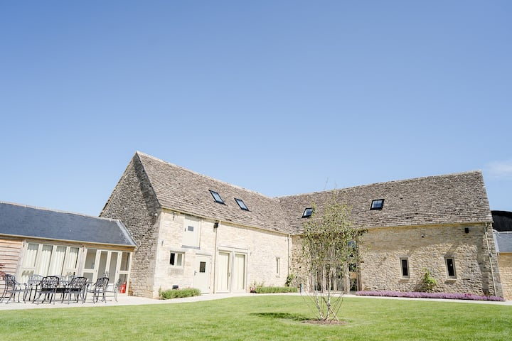 Cotswolds Barn nestled in Oxfordshire countryside