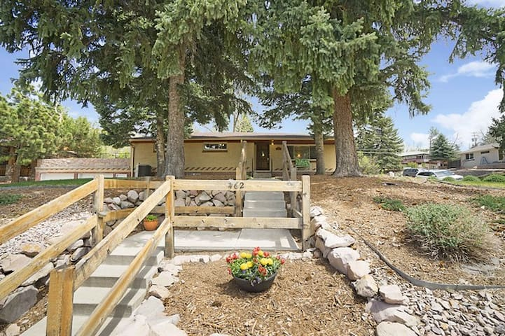 Run For The Hills! Large Castle Rock Mountain Home