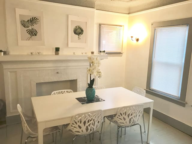 LOVELY & STYLISH 2BDR MOTORCITY CONDO, SLEEPS 8