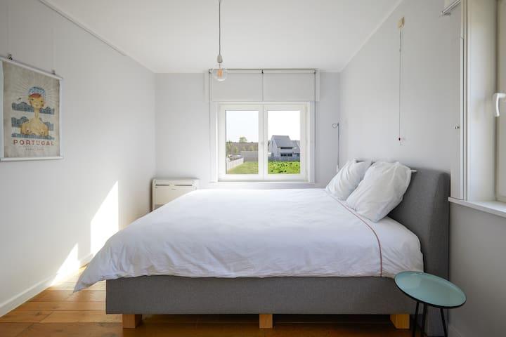 Een comfortabel, groot bed (boxspring) voor een ideale nachtrust.