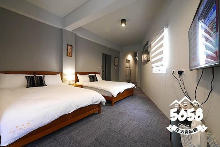 高雄一夜(高鐵榮總)四人房2B可免費接送有車位提供免費機車代步有電梯隔壁是全家跟7-11 - Sanmin District