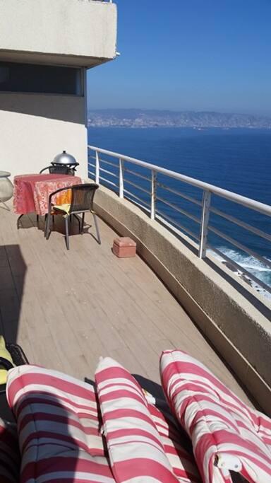 Amplio balcón panorámico, el cual es abierto para disfrutar del sol. Tiene habilitada una mesa para disfrutar de las comidas al aire libre.