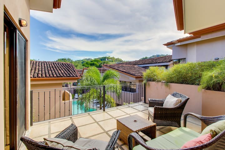 Sunny condo with shared infinity pool & tennis courts - steps from the beach