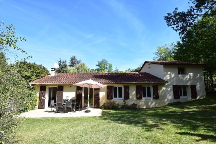 Acogedora casa vacacional en Saint-Cybranet con Piscina