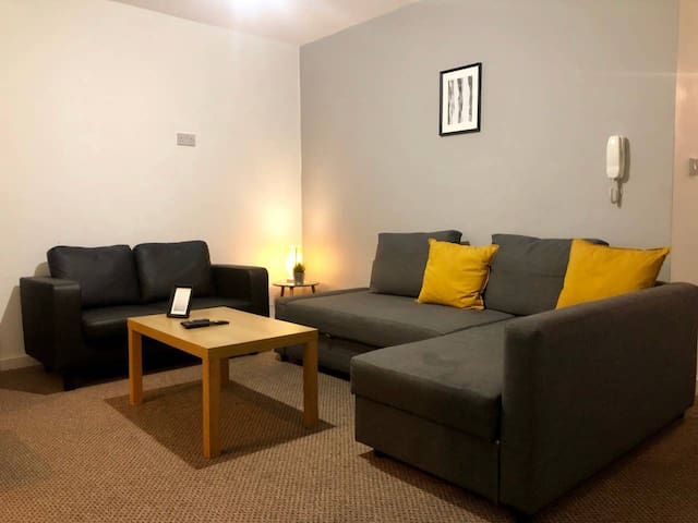 Comfy Cardiff central home for up to 6 + Parking!