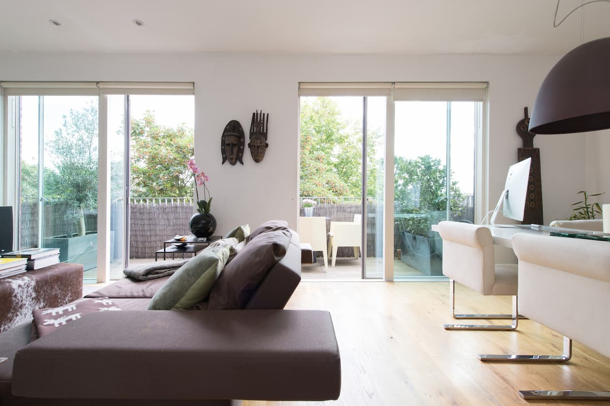 Chic Designer Penthouse with Sunny Private Terrace in Trendy Oval/Kennington