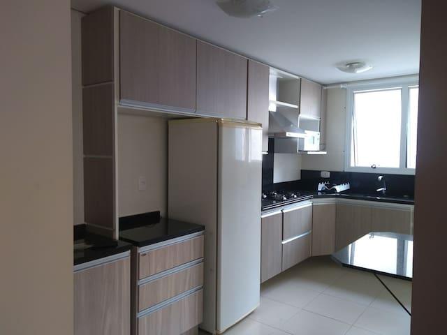 Apartamento mobiliado com 2 vagas e portaria 24h
