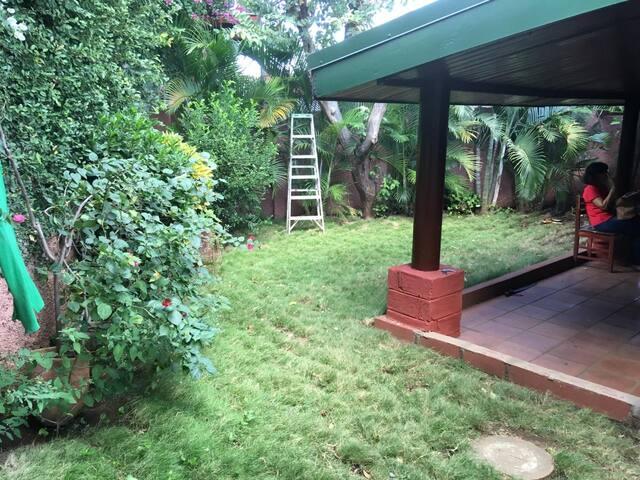 Hermoso jardín y terraza para disfrutar un café