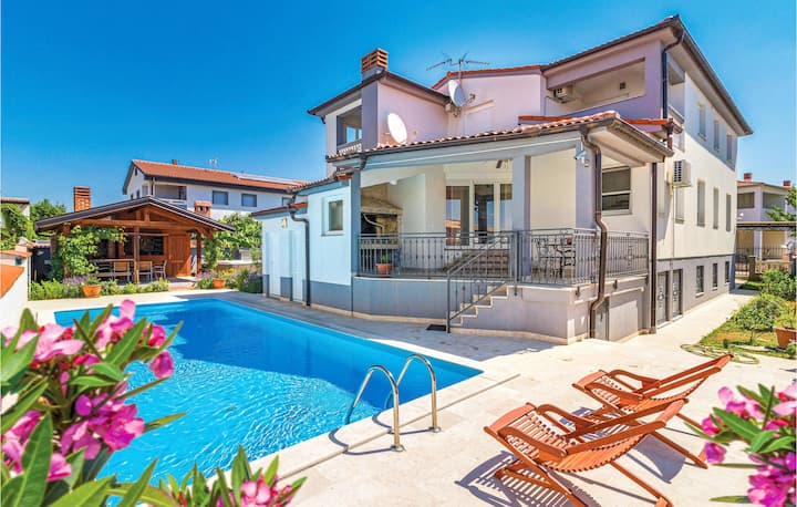 Nice home in Valbandon with Jacuzzi, WiFi and 4 Bedrooms
