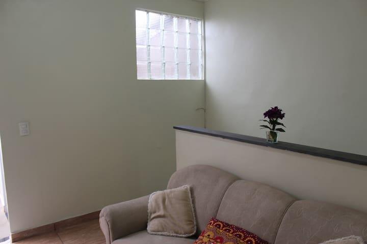 Sala com sofá de 3 lugares.