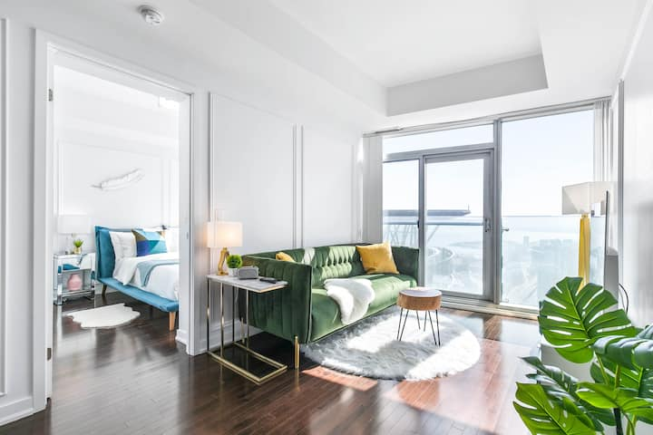 Luxury Condo near CN Tower with Free parking