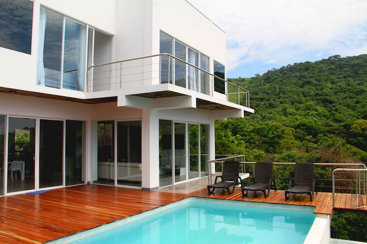 El Salvador's Beach House - Tamanique - Hus