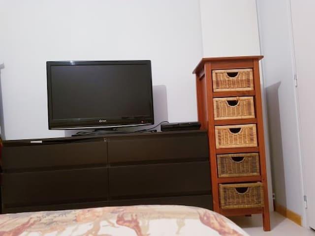 commode, télé à disposition dans la chambre