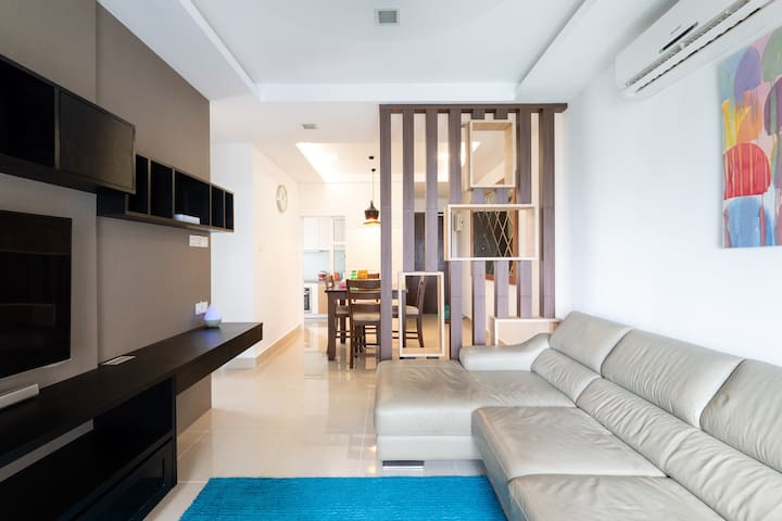 Shaftsbury Suite-2 BR|Netflix|Wifi | Pool |Balcony