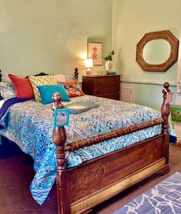 Southern Charm Galore! Bed & Breakfast, much more