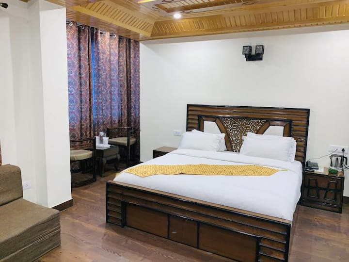 Relaxing and Enjoyable Stay at Shimla with Breakfast, Lunch or Dinner