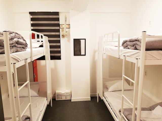 4 인 단체실 (공용화장실) 4 Bed Private Room shared bathroom/shower