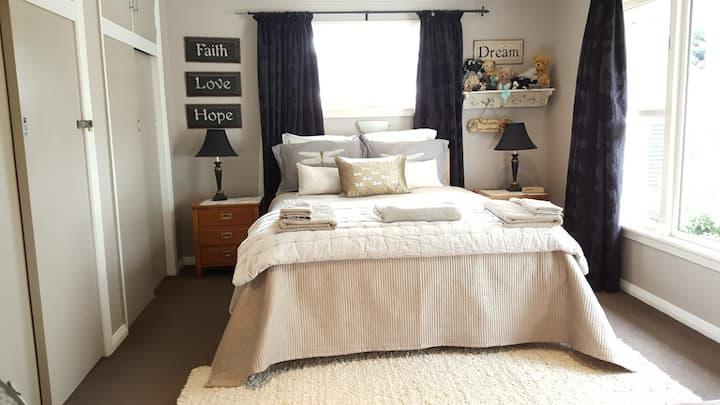 Exquisite King Bed 2 guests dragonflycottagebnb