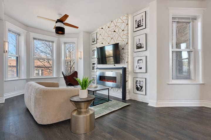 ♥Modern & Chic Apt with Fireplace+Netflix+Parking♥