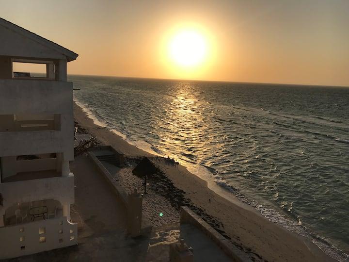 Bella vista costera y suave brisa, frente al mar