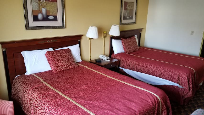 Geneva Motel Inn Chicago-St. Charles IL with Indoor Heated Pool and Whirlpool Suites Available.