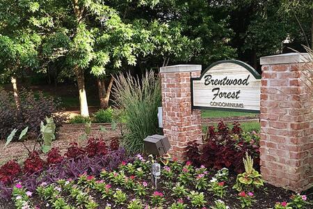 Cozy Brentwood Forest Condominium - Társasház