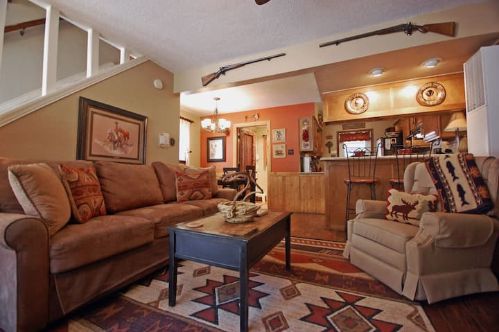 The Rustic Retreat - In Town - High End Finishes - WiFi - Cable - Wood Burning Fireplace - Gas Grill - One Block from Main Street!