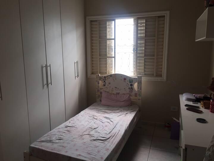 Alugo quartos para moças