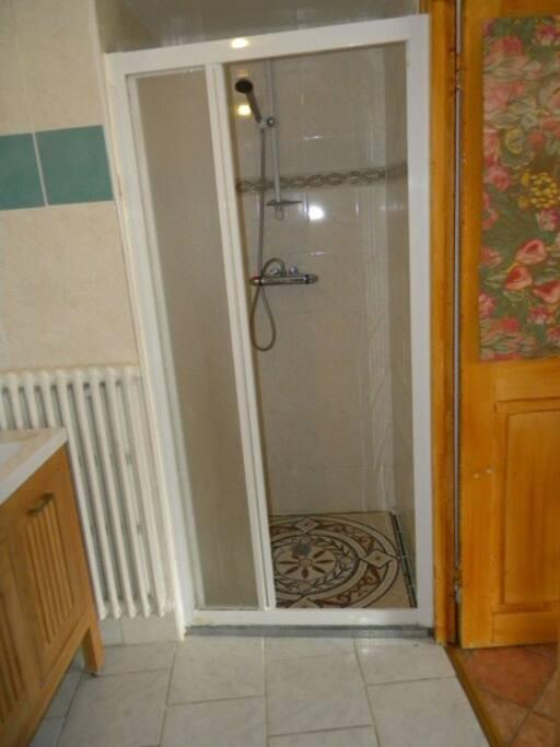 la salle d'eau (douche, lavabo & wc)