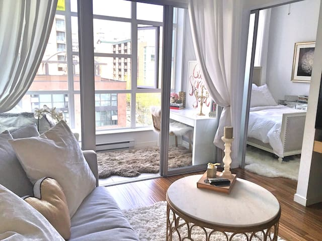 Bright & Beautiful Yaletown Condo! - Vancouver - Daire
