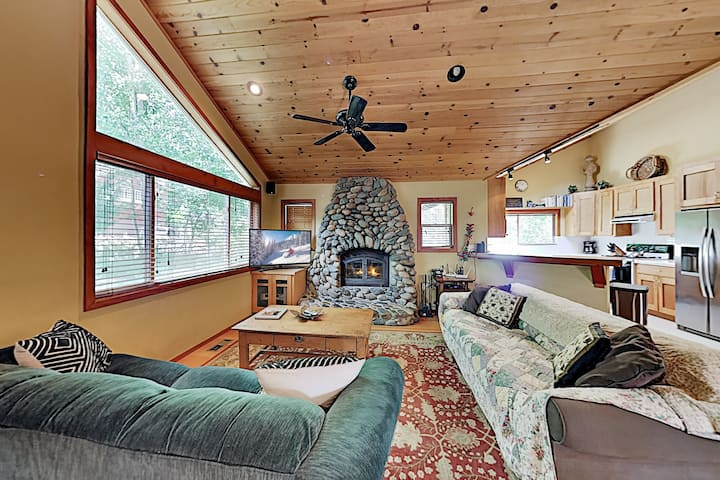 Cabin with Hot Tub, Private Studio, Garage & Yard