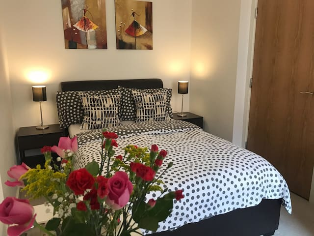 Beautiful double bedroom with FREE parking space