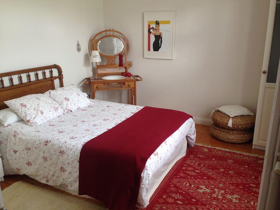 Dormitorio con cama de 135