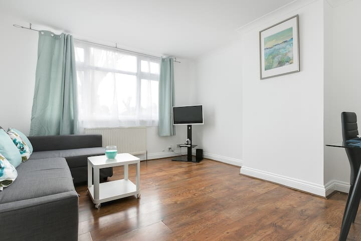 Warm and Cozy  3 Bed Apartment With Garden London