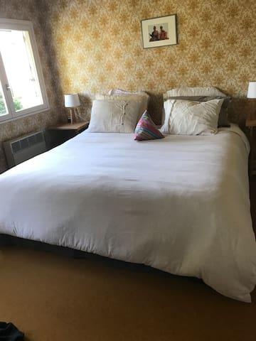 Chambre 4 : 1 grand lit double 180cm