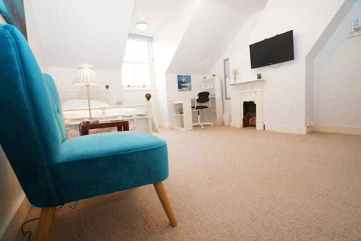 Large, tranquil luxury room in North London
