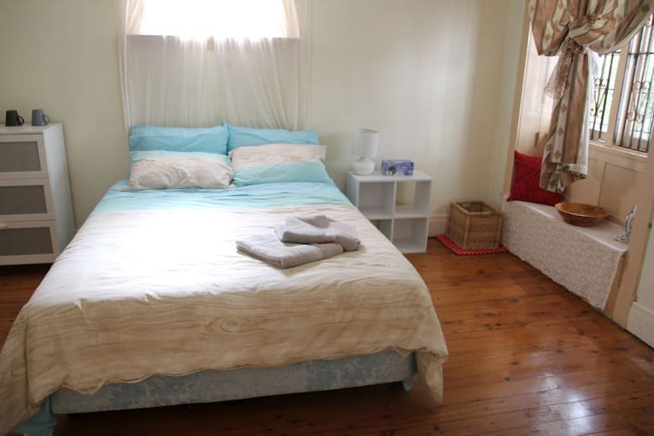 2. Large Queen Room Epping, Sydney 20 min by train - Epping