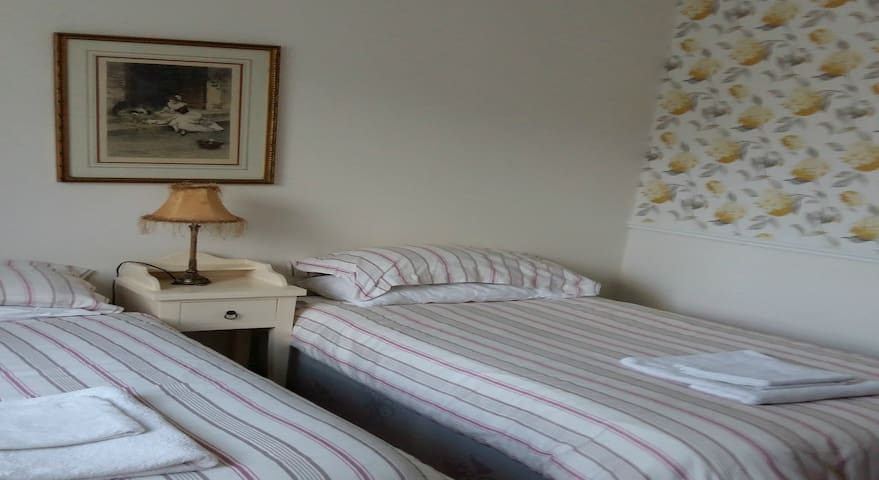 Fresh, Pretty and Sunny Double/Twin En-suite Room - Enniskerry - Huis
